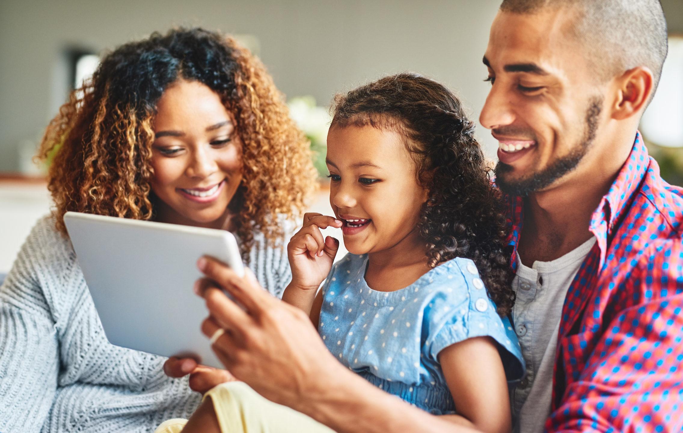 Familia mirando una pantalla