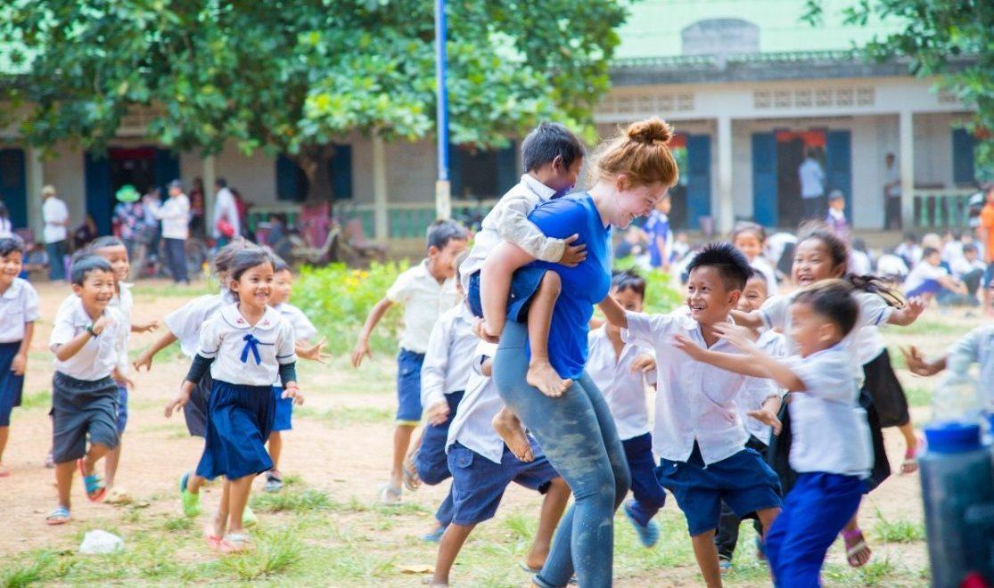 donne giocano con bambini