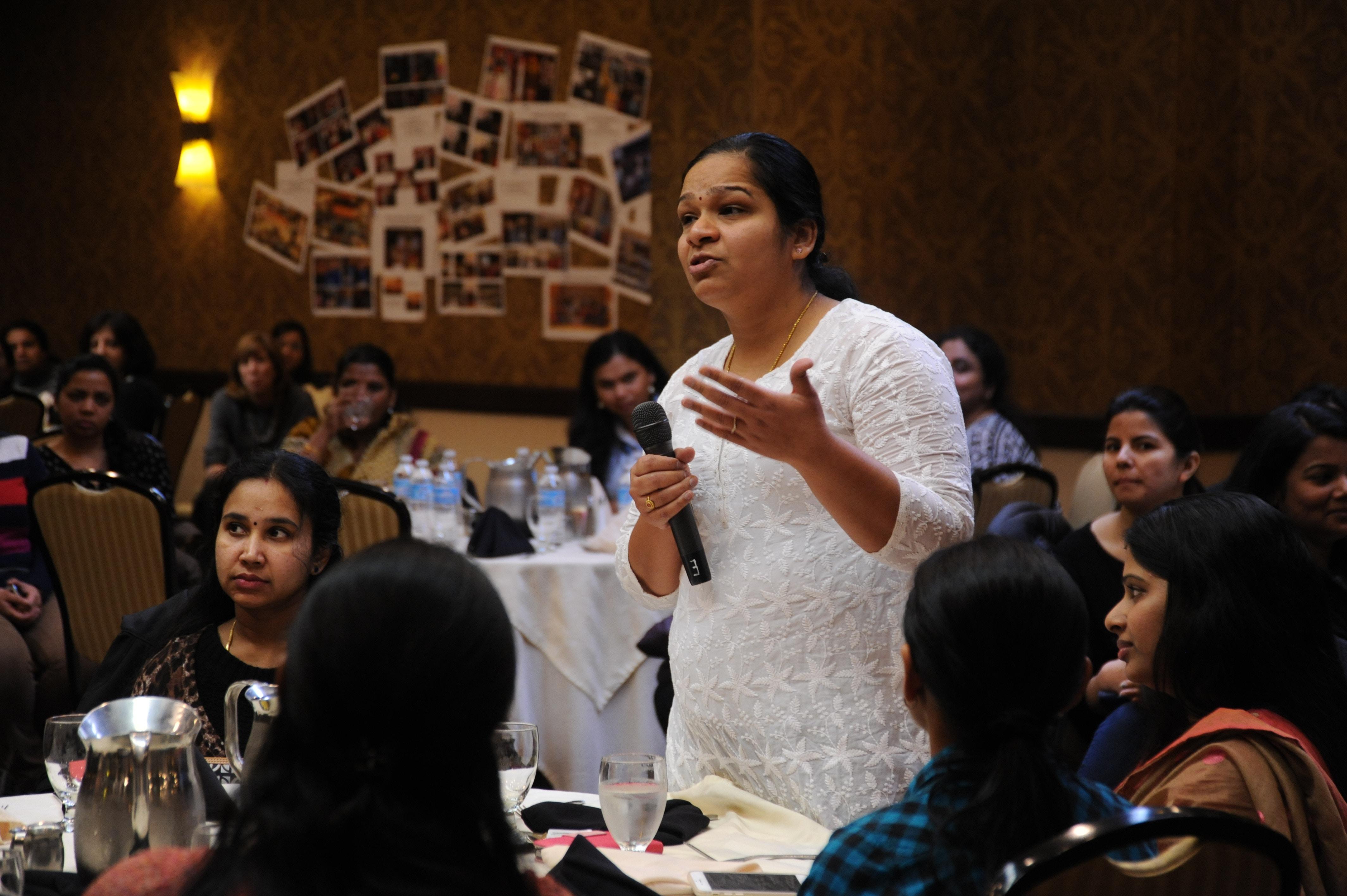 mujer hablando a un grupo de personas