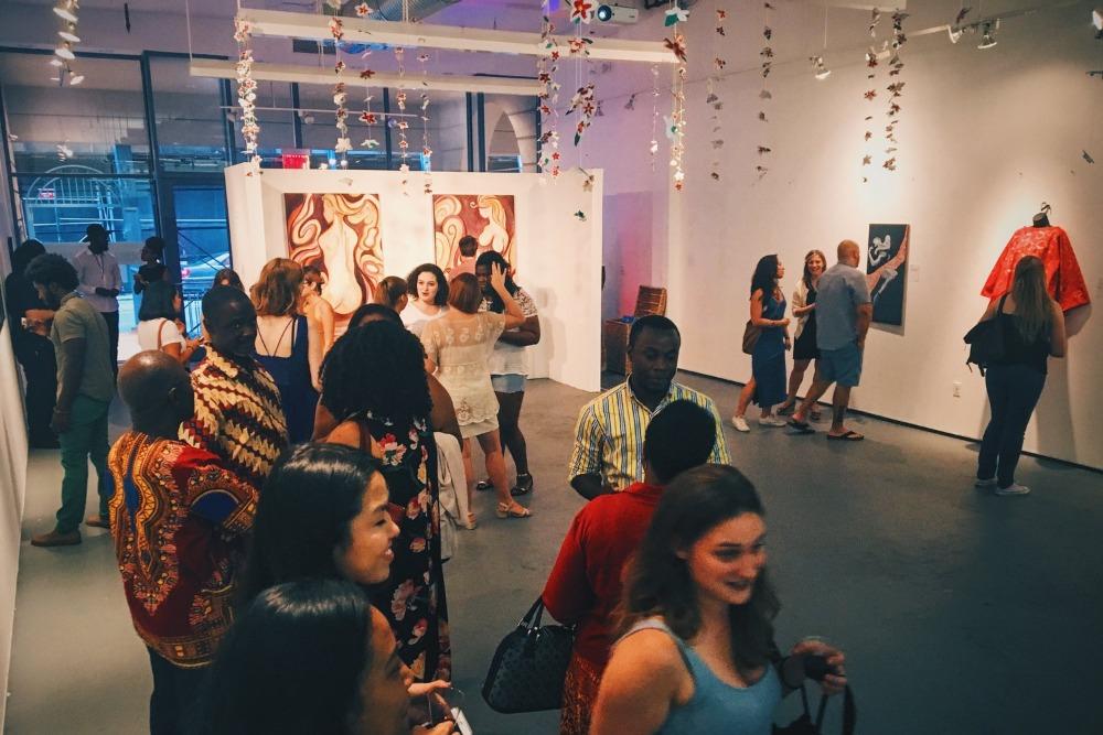 galería de arte llena de gente