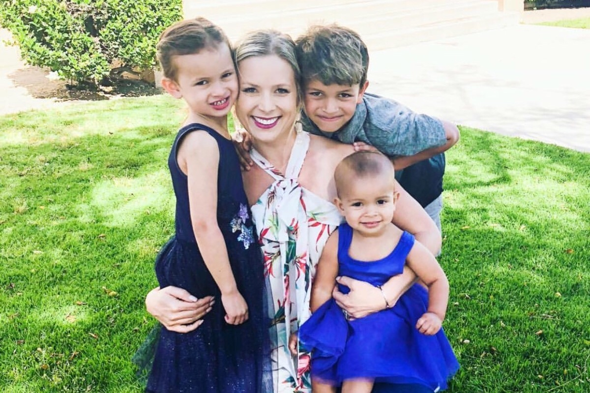 Donna con tre bambini