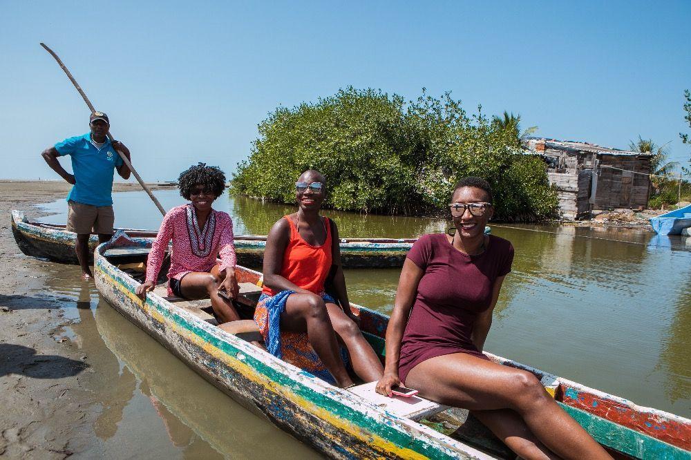 cuatro personas en una canoa