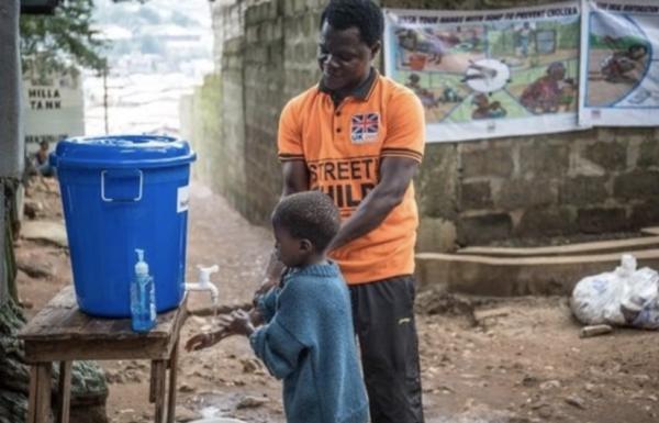 Hombre y niño lavándose las manos