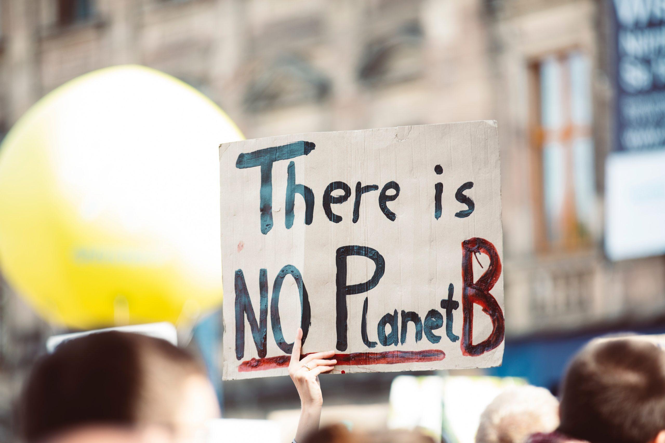 Personas manifestándose contra el cambio climático