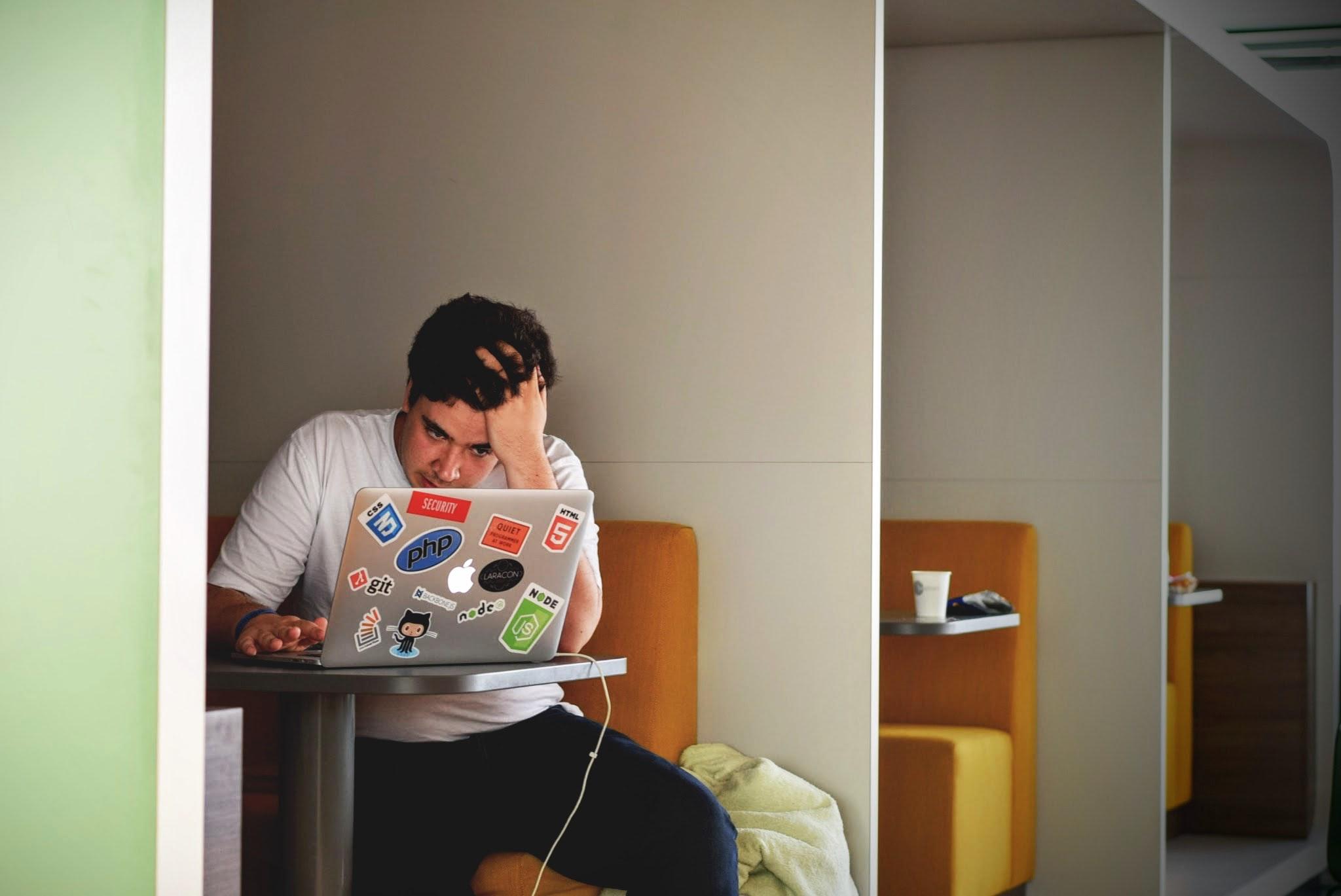 hombre sentado frente al ordenador