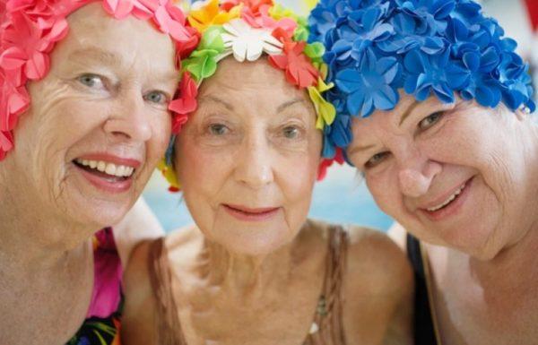 Dames âgées à la piscine