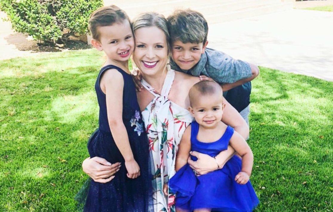 Femme avec trois enfants