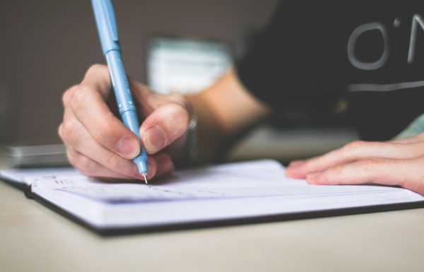 main qui écrit