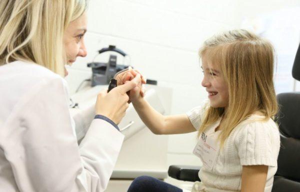 enfant avec un médecin