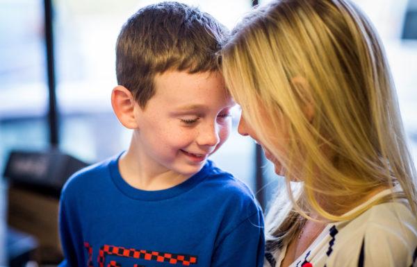 front à front entre une mère et son fils
