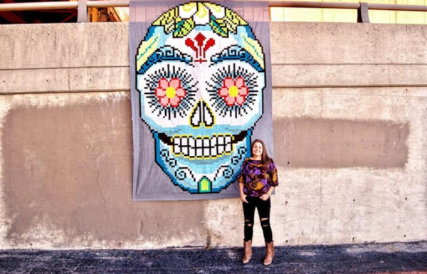 jeune femme qui pose devant un tableau
