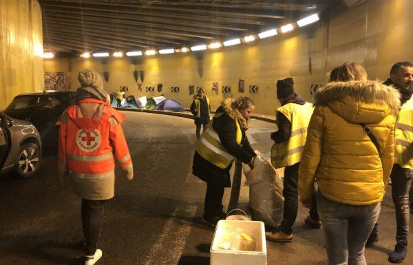 Volontaires distribuant de la nourriture