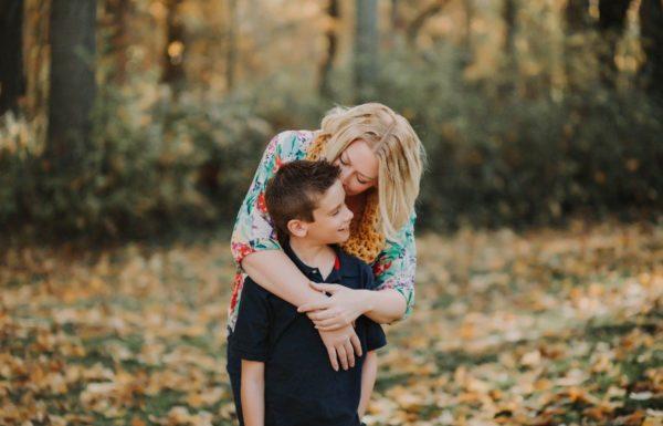 une mère et son fils se prenant dans les bras