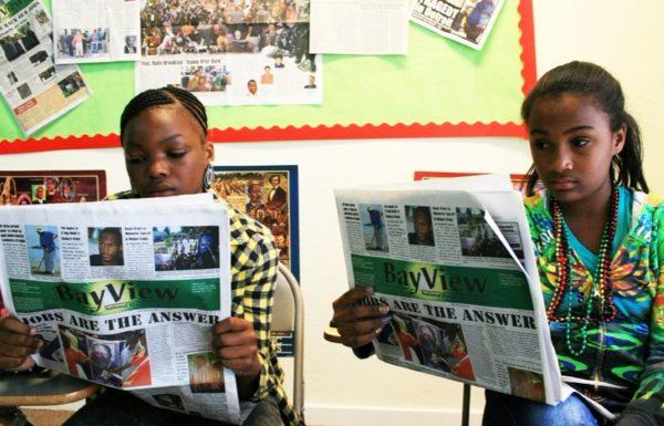 deux personnes lisant le journal
