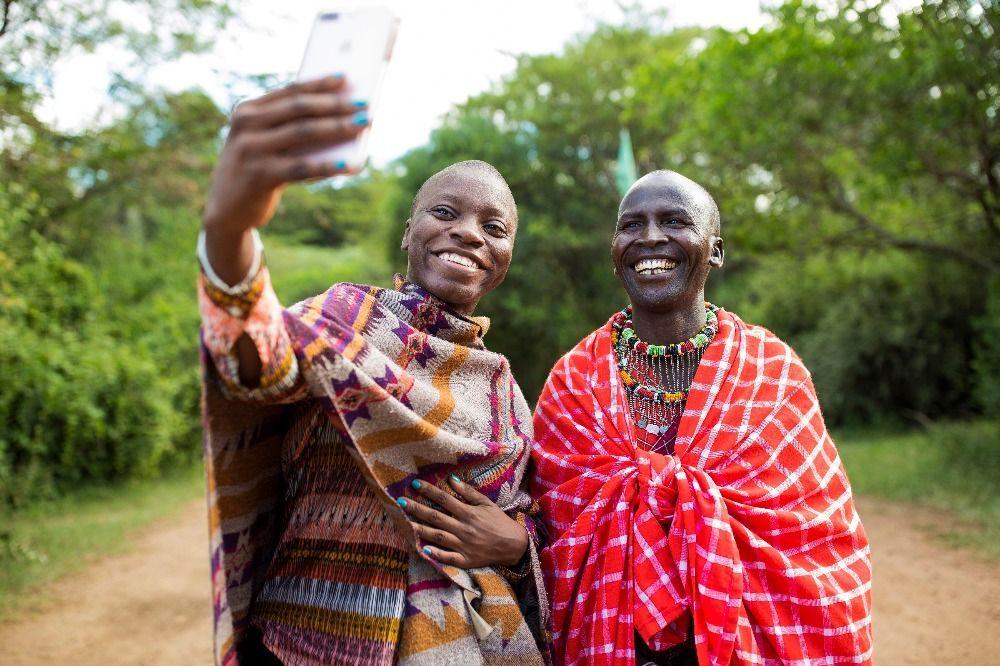 Deux personnes posant pour un selfie
