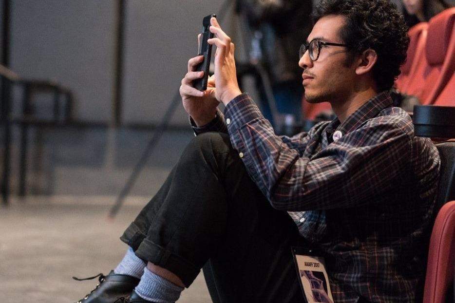 Homme sur un téléphone