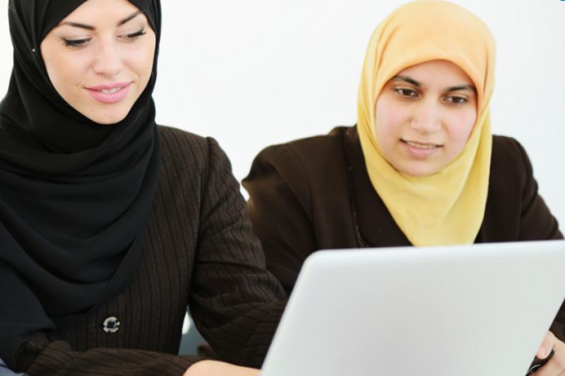 Deux femmes sur un ordinateur portable