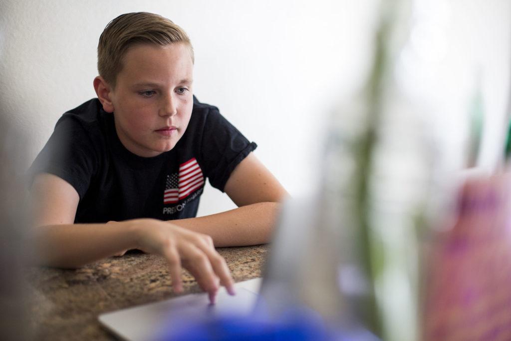 Jeune garçon sur un ordinateur portable