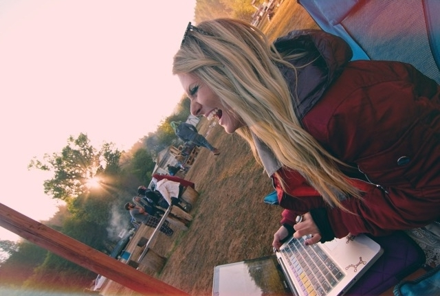 Femme souriant avec un ordinateur portable