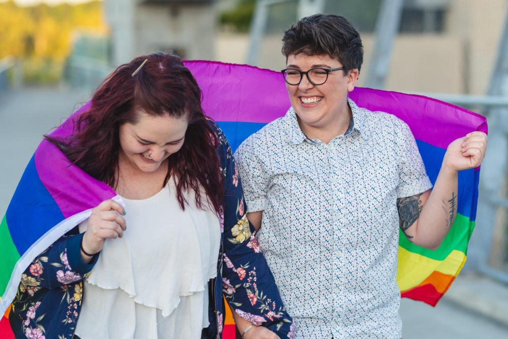 Couple de femmes marchant avec le drapeau LGBT