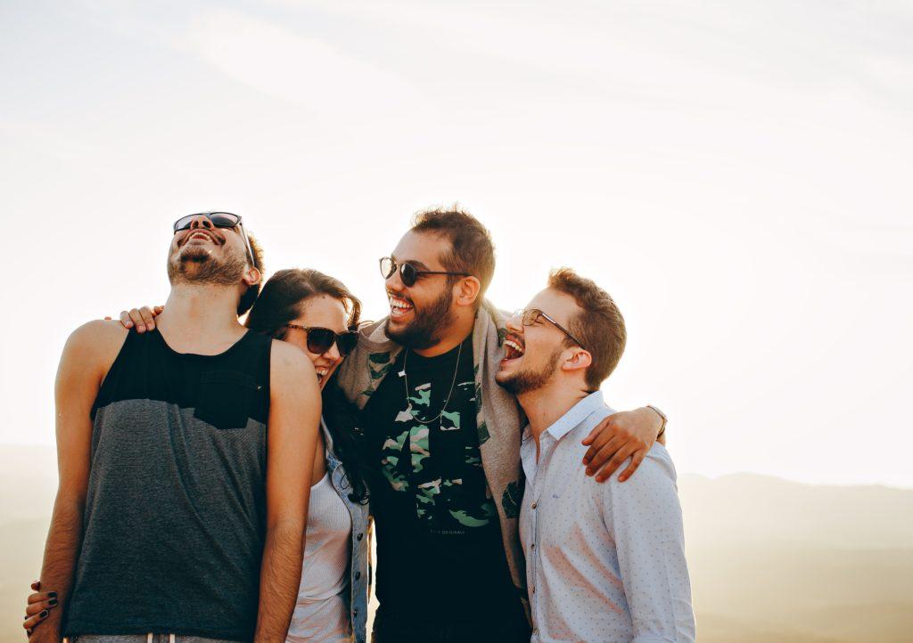 4 amis se tenant par l'épaule