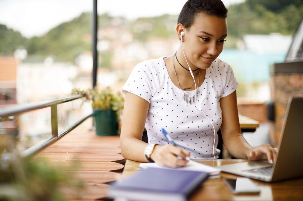 Femme entrain d'étudier