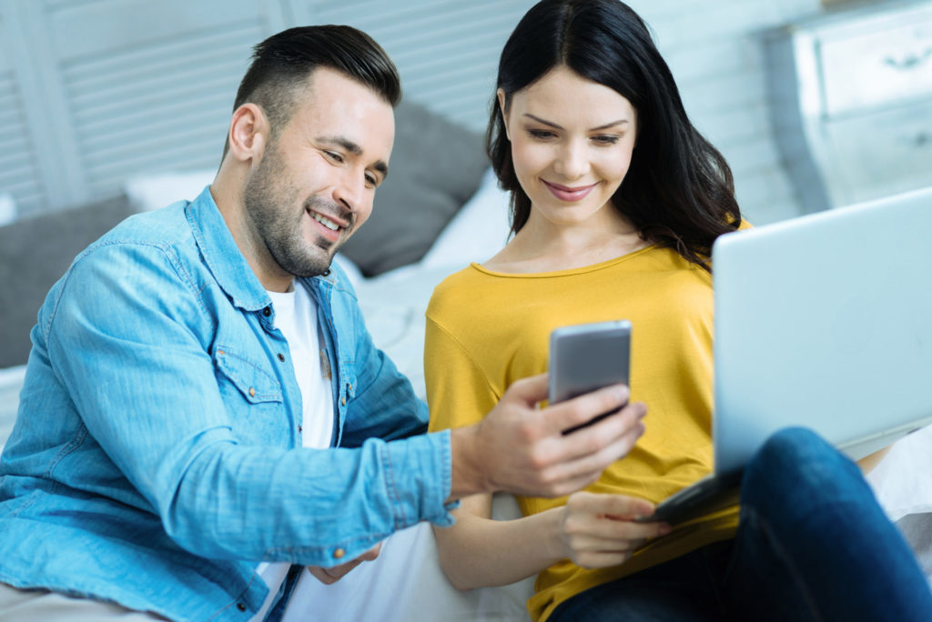 Homme et femme regardant un téléphone