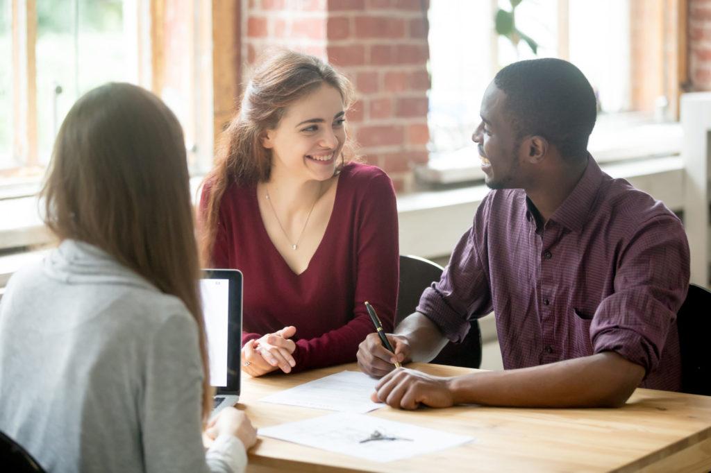 Deux femmes et un homme en réunion