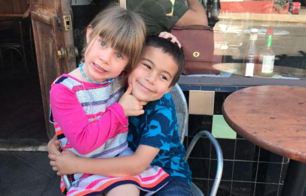 deux enfants ensemble