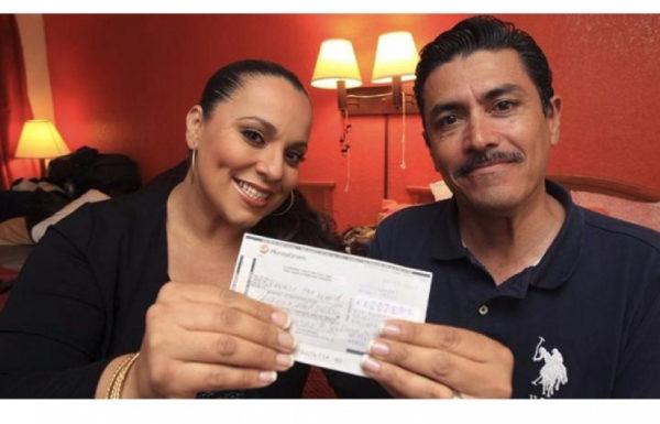 couple tenant un chèque