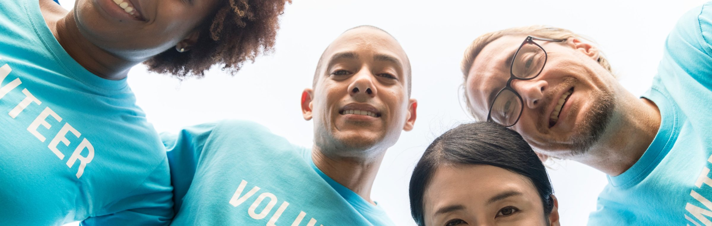 Vrijwilligers glimlachen